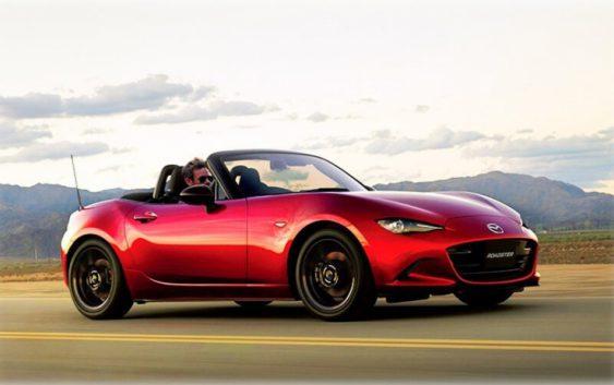 Японская Mazda недавно представила обновленную версию родстера MX-5 для европейского авторынка. Модель получила незначительные косметические изменения во внешности и существенно модернизированный «топовый» 2.0-литровый мотор. Производитель также отметил, что доработке подвергся и базовый 1.5-литровый агрегат. В продажу новый MX-5 поступит в августе 2018 года. По имеющейся информации, модернизированный 2.0-литровый мотор вместо прежних 160 л.с. теперь выдает 184 лошадки. Немного подрос и крутящий момент, который составляет 205 Нм. Также изменилась и планка максимальных оборотов – с 6 800 до 7 500 об/мин. Динамические характеристики обновленного Mazda MX-5 пока не называются, однако, если учесть, что ранее первую сотню двухдверка набирала за 7,3 секунды, можно предположить, что с доработанным движком разгон до 100 км/ч займет примерно 7 секунд. Об изменениях в 1.5-литровом моторе пока остается лишь догадываться. Напомним, сейчас его мощность составляет 131 л.с. (150Нм).